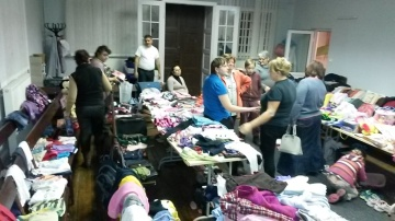 We participated in a Christmas Bazaar at Devleskero Kher church, where Roma families could buy clothes and Christmas gifts for very affordable prices.